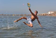 Tennis de plage en mer image libre de droits