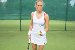 Tennis de pratique de femme Photo stock