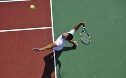 Tennis del gioco del giovane esterno Fotografia Stock Libera da Diritti