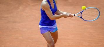 Tennis della donna nell'azione fotografie stock