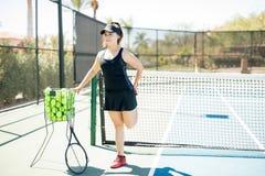 Tennis femminile che allunga sulla corte Fotografia Stock Libera da Diritti