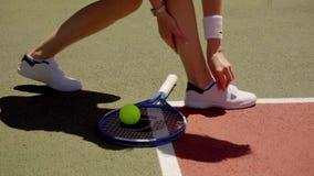 Tennis femminile che lega i suoi pizzi video d archivio