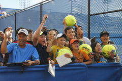 Tennis fläktar väntande autografer på den Billie Jean konungmedborgare som tennis centrerar Royaltyfri Fotografi