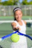 Tennis - giocatore della donna che mostra palla e racchetta Immagine Stock