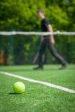 Tennis klumpa ihop sig på domstolen Fotografering för Bildbyråer