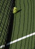 Tennis klumpa ihop sig på domstolen skuggar in royaltyfri foto