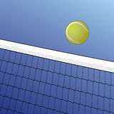 Tennis-Kugel über Netz Lizenzfreies Stockfoto