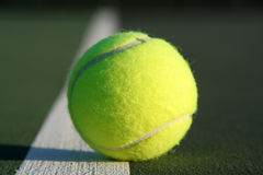 Tennis-Kugel auf dem Gericht Stockbilder