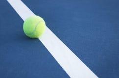 Tennis-Kugel auf der Zeile Stockfoto