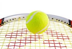 Tennis-Kugel auf einem Schläger Stockbild