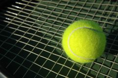 Tennis-Kugel auf Schläger Lizenzfreie Stockbilder