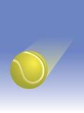 Tennis-Kugel durch die Luft Stockbilder