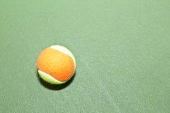 Tennis-Kugel mit Exemplar-Platz Stockfotografie