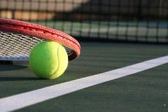 Tennis-Kugel und Schläger Stockfotos