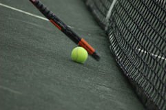 Tennis-Kugel und Tennis-Schläger Stockfoto