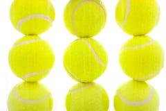 Tennis-Kugeln auf Weiß Stockbilder