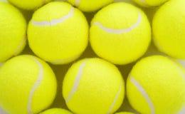 Tennis-Kugeln auf Weiß Stockbild