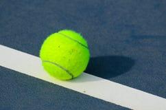 Tennis-Kugeln schossen auf einem im Freientennisgericht Lizenzfreie Stockfotografie