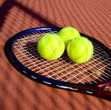 Tennis-Kugeln u. Schläger Stockfotos
