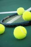 Tennis-Kugeln und Schläger stockfotos