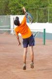 Tennis. le garçon sert image libre de droits