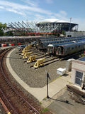 Tennis Louis Armstrong Stadium Under Construction åt sidan Arthur Ashe Stadium från Corona Rail Yard, NYC, NY, USA fotografering för bildbyråer