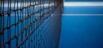 Tennis netto en blauw hof stock afbeelding