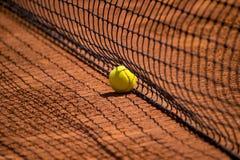 Tennis netto met snelle tennisbal op kleihof Stock Afbeelding
