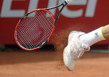 Tennis player cleaning the shoes Royalty Free Stock Photography