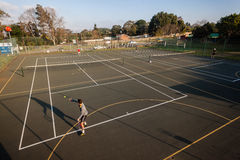 Tennis-Praxis-Trainer Pupil Courts Lizenzfreie Stockbilder