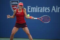 Tennis professionista Angelique Kerber della Germania nell'azione durante la terza partita del giro di US Open 2015 Immagini Stock Libere da Diritti
