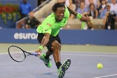 Tennis professionista Gael Monfis durante la partita di quarto di finale contro il campione Roger Federer del Grande Slam di dici immagini stock
