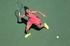 Tennis professionista Sara Errani dell'Italia nell'azione durante la sua partita rotonda quattro all'US Open 2015 immagine stock libera da diritti