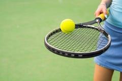 Tennis Rachet met een Bal Royalty-vrije Stock Afbeelding