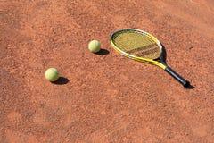 Tennis-racket en twee ballen Stock Afbeelding