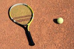Tennis-raquette et bille photographie stock libre de droits
