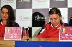 Tennis rumeno Simona Halep e Monica Niculescu durante fotografia stock libera da diritti
