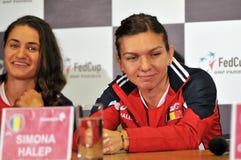 Tennis rumeno Simona Halep e Monica Niculescu durante Fotografie Stock Libere da Diritti