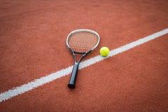Tennis-Schläger und Kugel auf Gericht Lizenzfreie Stockfotos