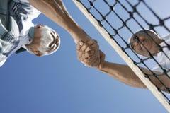 Tennis senior che stringono le mani Fotografie Stock Libere da Diritti