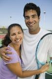 Tennis-Spieler der gemischten Doppeln auf Tennisplatzporträt lizenzfreies stockfoto