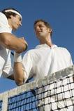 Tennis-Spieler, die Hände rütteln Stockfotos