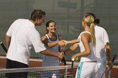 Tennis-Spieler, die Hände rütteln Stockfotografie