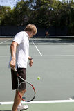 Tennis-Spieler-servierfertige Kugel Stockfotos