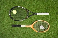 Tennis- und Federballzubehör, das auf Wiese liegt Stockfotos