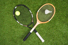 Tennis- und Federballzubehör, das auf Wiese liegt Lizenzfreie Stockfotos
