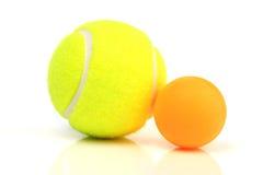 Tennis-und Ping-pong Kugeln Lizenzfreie Stockbilder