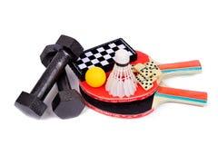Tennis, volano, domino, scacchi, dumbbells Fotografia Stock