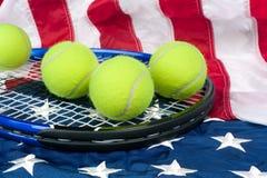 Tennisausrüstung auf amerikanischer Flagge lizenzfreie stockfotografie