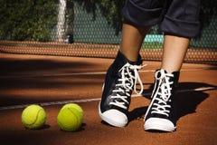 Tennisbälle auf einem Tennisplatz stockfotos